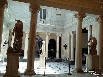 Saliendo del salón de baile se encuentra la antesala al patio pompeyano