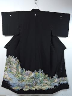 五つ紋つきの比翼仕立ての黒留袖