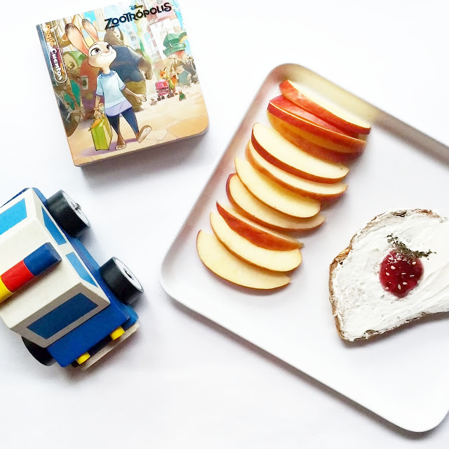 manzana en rodajas y una tostada con queso y mermelada