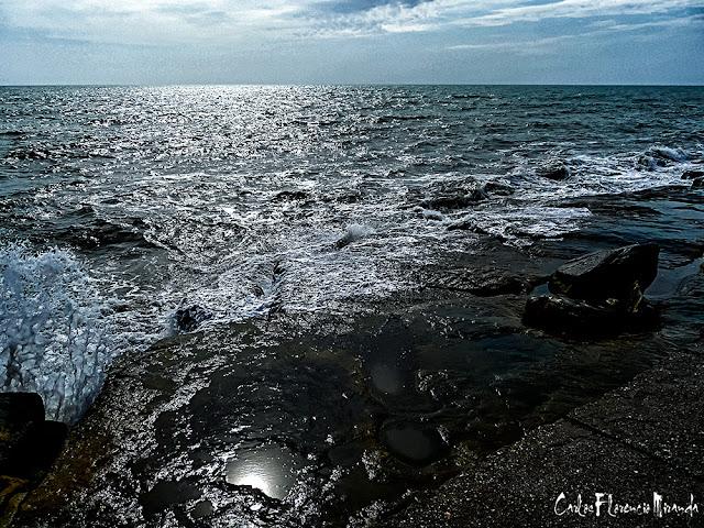Fotografía artística del mar junto a las rocas.