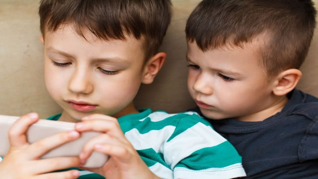 ¿A qué edad debes darle su primer celular a tu hijo?