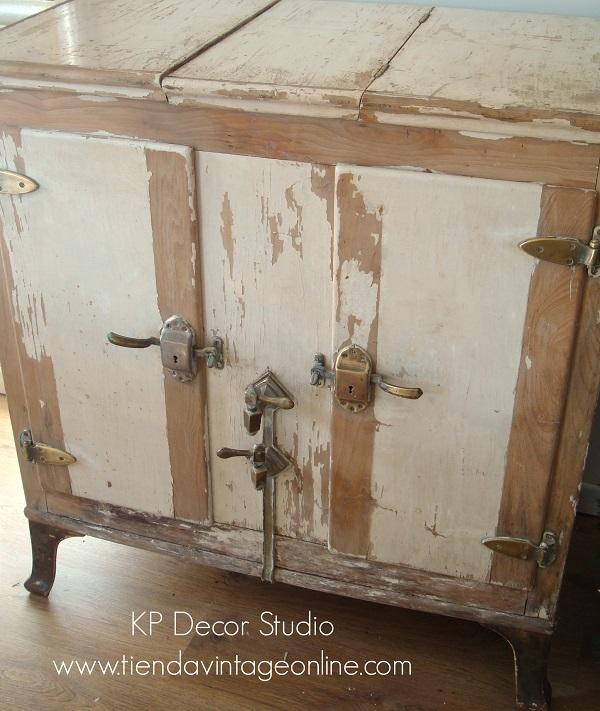 Muebles decapados valencia. nevera antigua de hielo. colección. segunda mano. muebles con encanto. antigüedades