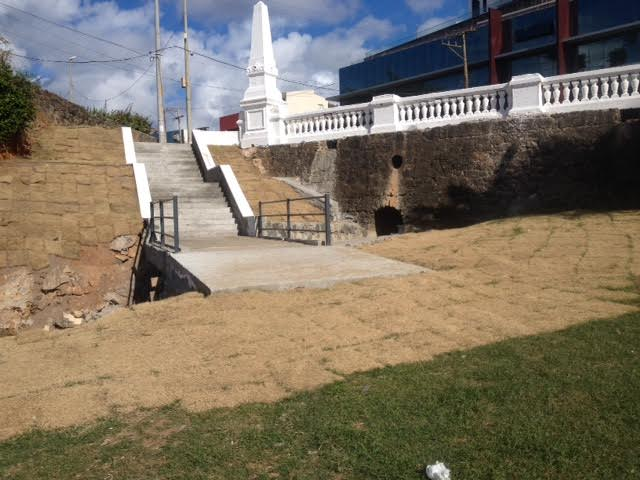 Escada da Praia da Paciência antes e depois da reforma