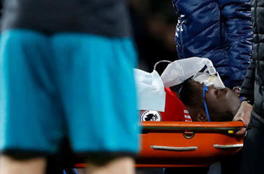 Lukaku rời sân bằng cáng, M.U khủng hoảng tiền đạo