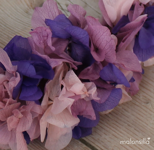 Primer plano de las flores preservadas en lila, malva y rosa cuarzo de la corona de flores PUENTEDEY by malonsilla
