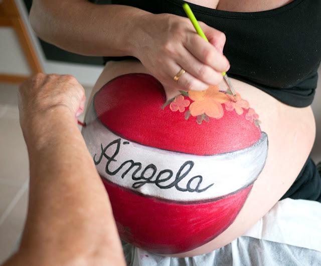 Pintando con mi madre mi barriga de embarazada