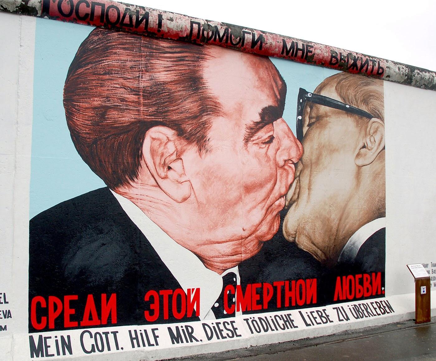El beso fraternal socialista entre Leonid Brezhnev y Erich Honecker, 1979