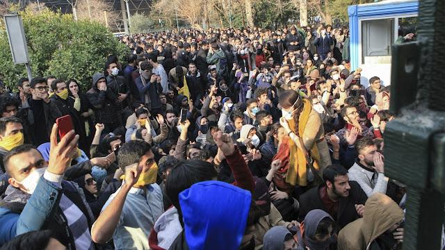 Na quinta-feira (28 de dezembro), milhares de cidadãos iranianos começaram a protestar contra a corrupção do governo e uma economia pobre.