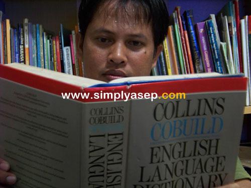 COLLINS COBUILD : Ini saya selfie dengan kamus Collins Cobuild English Language Dictionary hadiah dari Mr Anthony Crocker dari The Bristish Council Jakarta sekitar tahun 1992 yang lalu. Foto IST