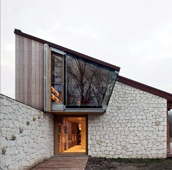 Rumah Minimalis pasangan batu acak dan papan
