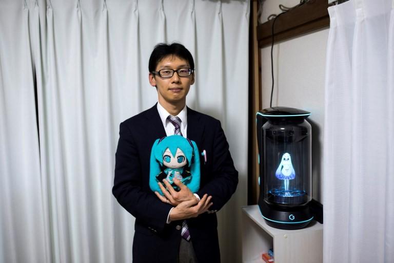 Kecewa pada Wanita, Akhirnya Pria Ini Menikahi Gadis Hologram