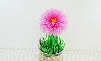 Bunga dahlia dari sedotan plastik