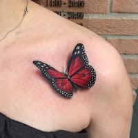 tatuaje de mariposa roja y negra