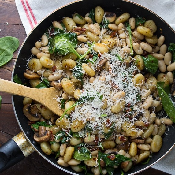 One Pan Gnocchi with Sundried Tomatoes and White Beans #vegetarian #onepot