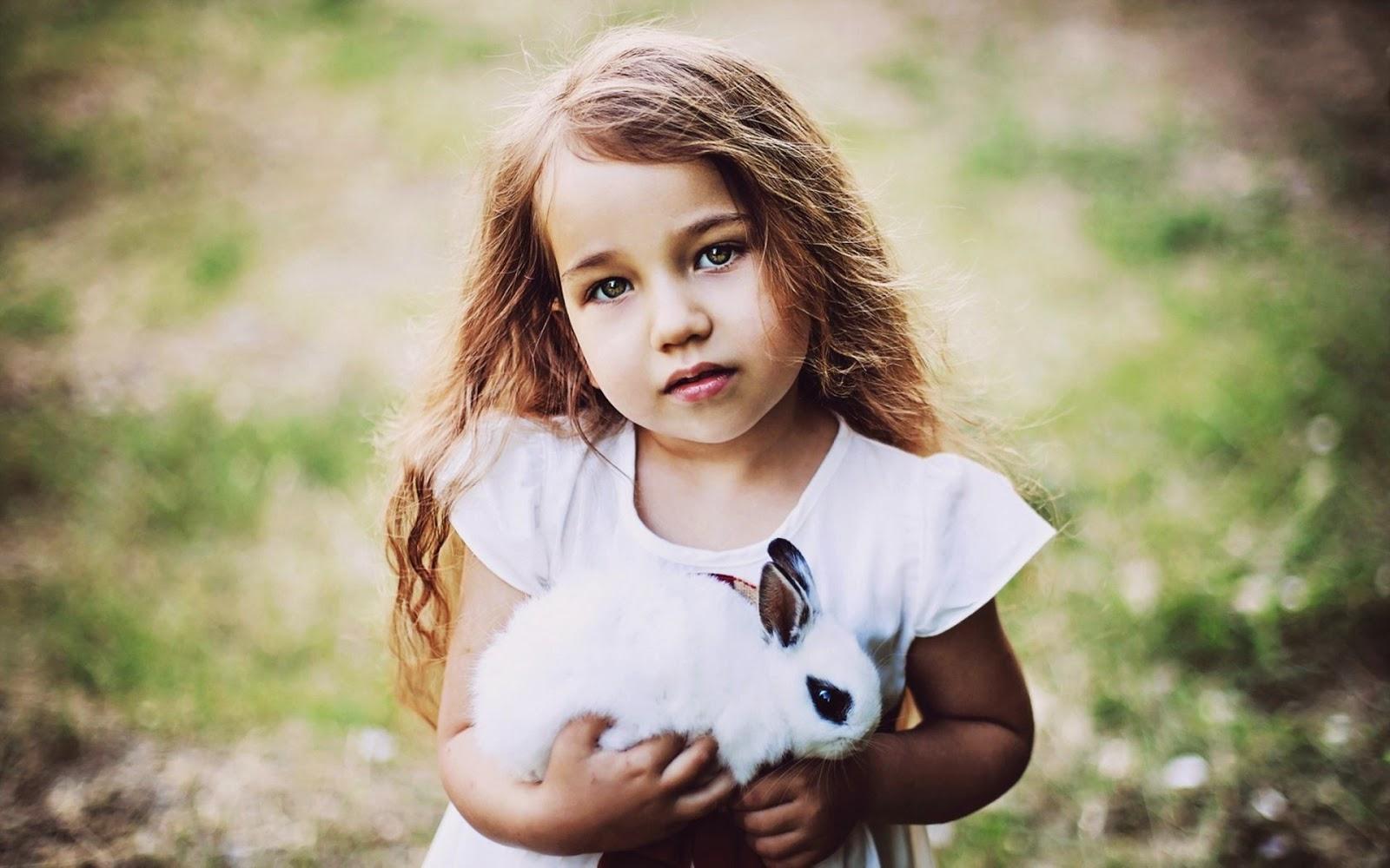 Foto bayi perempuan dan kelinci kesayanganya
