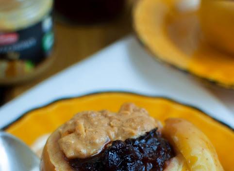 Pieczone jabłka z masłem orzechowym i powidłami