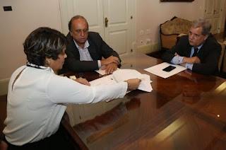 http://vnoticia.com.br/noticia/2765-francimara-se-reune-com-governador-e-pede-urgencia-nos-reparos-nas-estradas-que-cortam-sfi