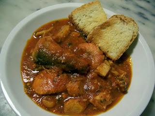 piatto con zuppa di pesce e due fette di pane tostato