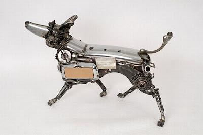 escultura de perro hecha con material reciclado