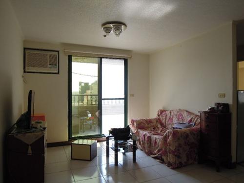 裝修前的客廳,及沙發背牆後面的廚房。