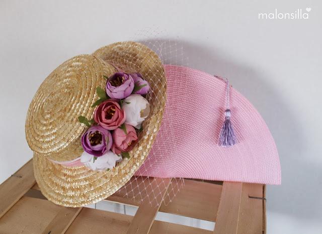 Sombrero de paja de copa baja con peonías rosa, lila y blanco, velo y bolso abanico en rosa y malva