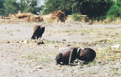 afrykańskie dziecko i sęp