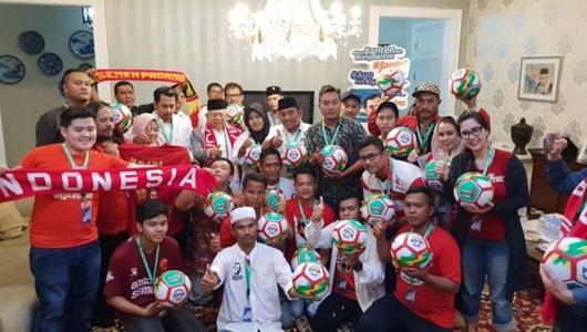Lagu Terima Kasih dari Suporter Bola Bergemuruh di Rumah Ma'ruf Amin