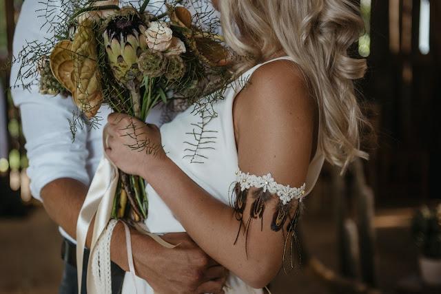 Bransoletka ślubna na przedramię z piórkami, kolekcja Lace Me