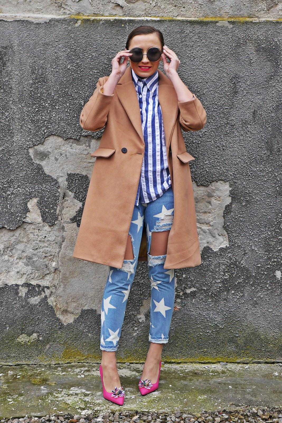 4_pink_heels_renee_baige_coat_stars_jeans_stripes_shirt_karyn_blog_modowy_040218asd