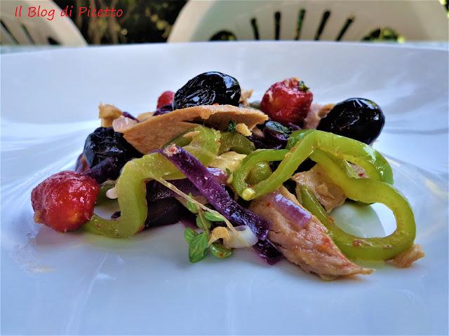 insalata di peperoni, cipolle di tropea, olive nere, capperi, pollo, tonno e pomodorini datterini confit