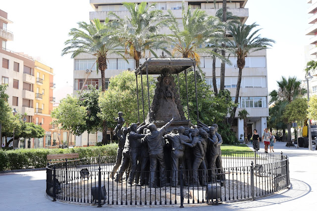 Monumento a la Virgen del Rocío en la ciudad de Huelva