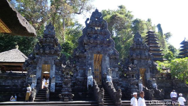 Entrada al templo de los murciélagos Pura Goah Lawah