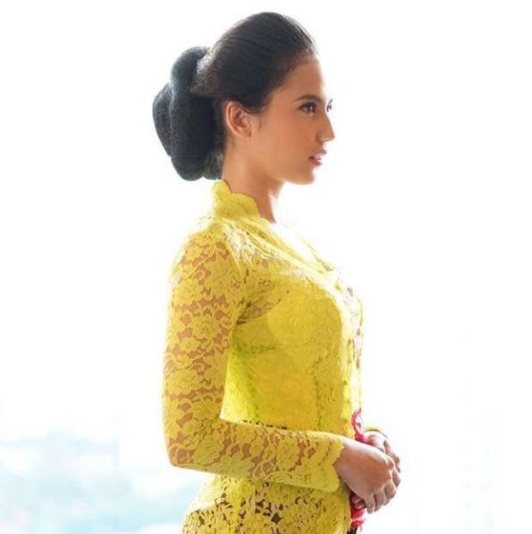 Model Baju Kebaya Pevita Pearce Warna Kuning Transparan Artis Cantik dan Anggun Bersanggul