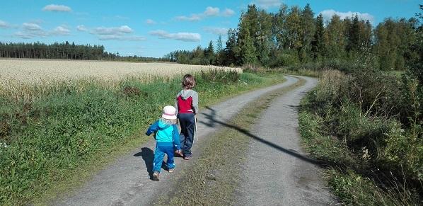 lapset peltotiellä