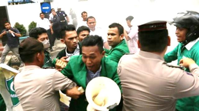 Aksi Demo Mahasiswa di Kantor PLN Medan Ricuh dan Bikin Macet Jalan