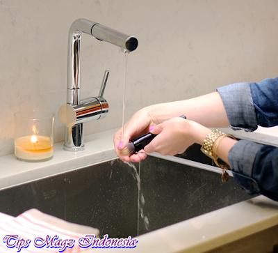 bilas kuas makeup dengan air hangat