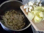 Supa de usturoi preparare reteta - punem in oala bucatile de cartofi si telina