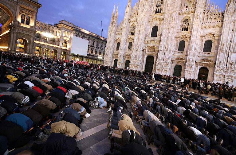 Muçulmanos rezam diante da catedral de Milão