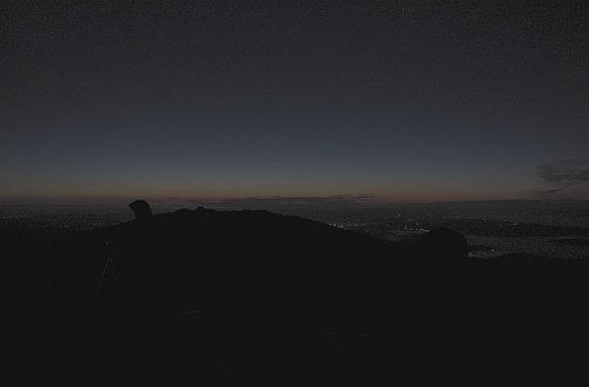 Babia Góra. Widok w kierunku wschodnim. Minęła 5.30. Rozpoczęła się niebieska godzina.