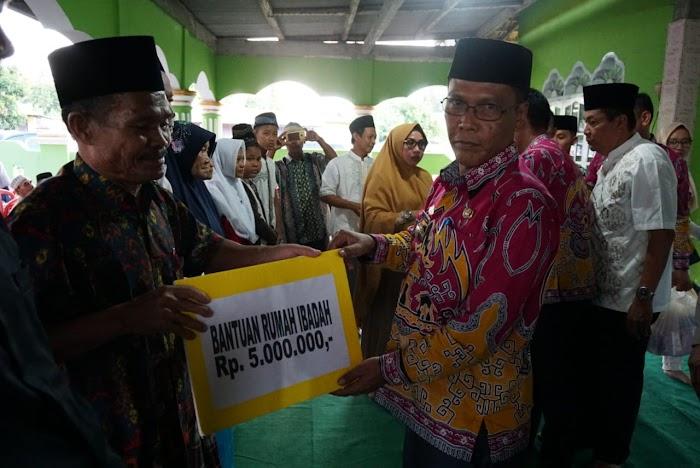 Pemkab Lampung Selatan Dalam Safari Ramadhan Di Ketapang Beri Santunan Ke 50 Anak Yatim.