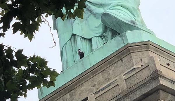 Manifestante anti-Trump escaló la Estatua de la Libertad y fue detenida