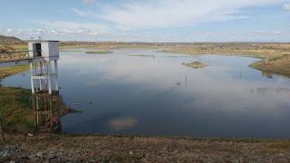 Em menos de 48 horas, águas da Transposição já enchem o Açude de Poções que estava seco há meses e águas seguem para Boqueirão