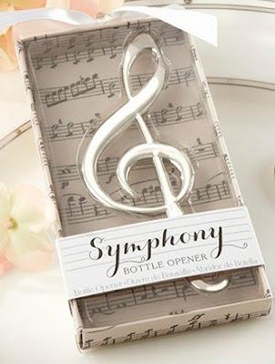 Este abridor de nota musical plateada es un detalle original y barato de boda