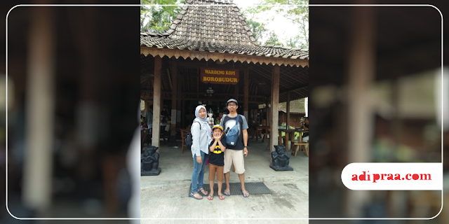 Berfoto di depan Waroeng Kopi Borobudur | adipraa.com