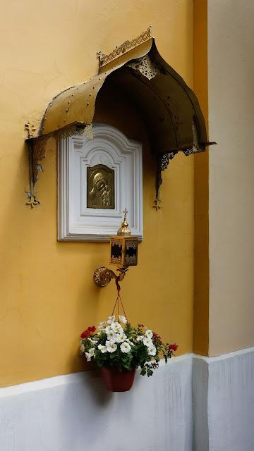 На фото изображена икона на стене при входе в храм