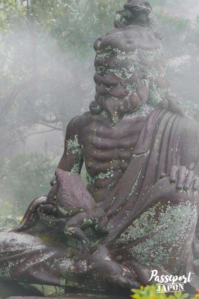 Statue dans la brume, Bôzu Jigoku, Beppu, Oita