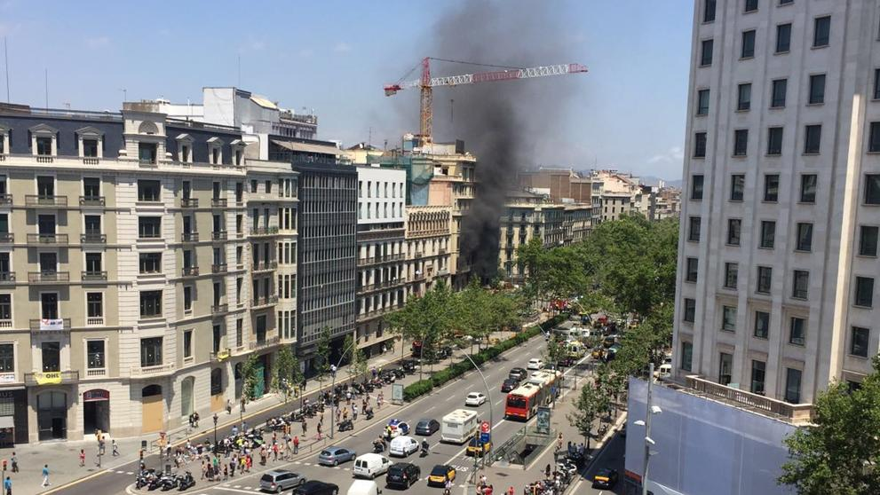 gremat incendio en centrico edificio en la gran via de barcelona. Black Bedroom Furniture Sets. Home Design Ideas
