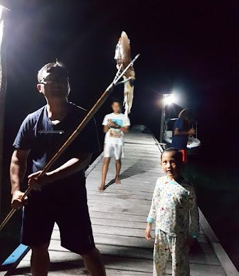 Menombak sontong di Talaip Homestay, Raja Ampat +jelajahkeluargasuwanto