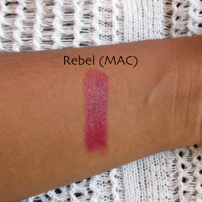 Swatch do batom rebel da MAC na pele negra