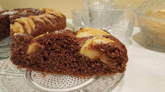 Шоколадов сладкиш с потънали ябълки